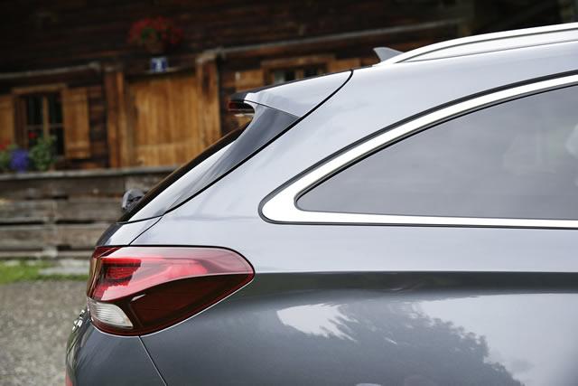 Die charakteristische Welle in der Fahrzeugseite und das sanft abfallende Heck bestimmen die Karosserie maßgeblich.