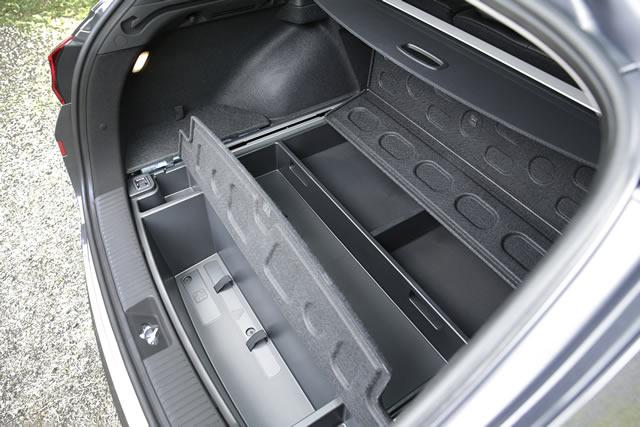 Serienmäßig immer dabei: Der doppelte Ladeboden mit ausgeklügelter Raumaufteilung und integrierter Box für den Erste-Hilfe-Kasten sowie das Warndreieck.